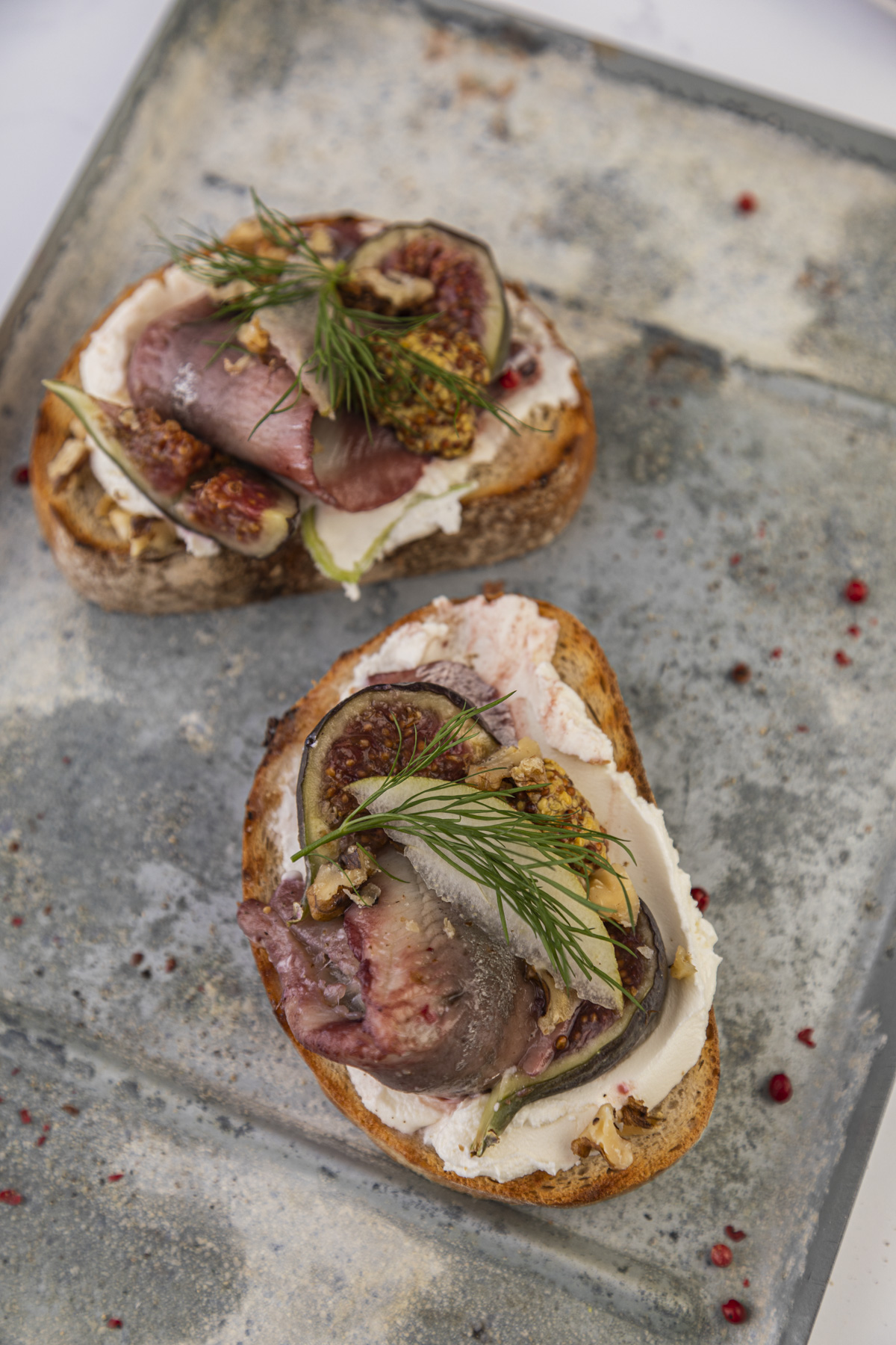 Grillowane pieczywo ze śledziem korzennym, kozim serem, figami
